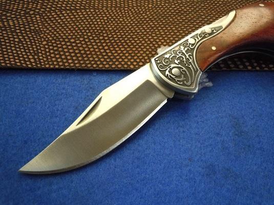 Нож с ручкой из дерева