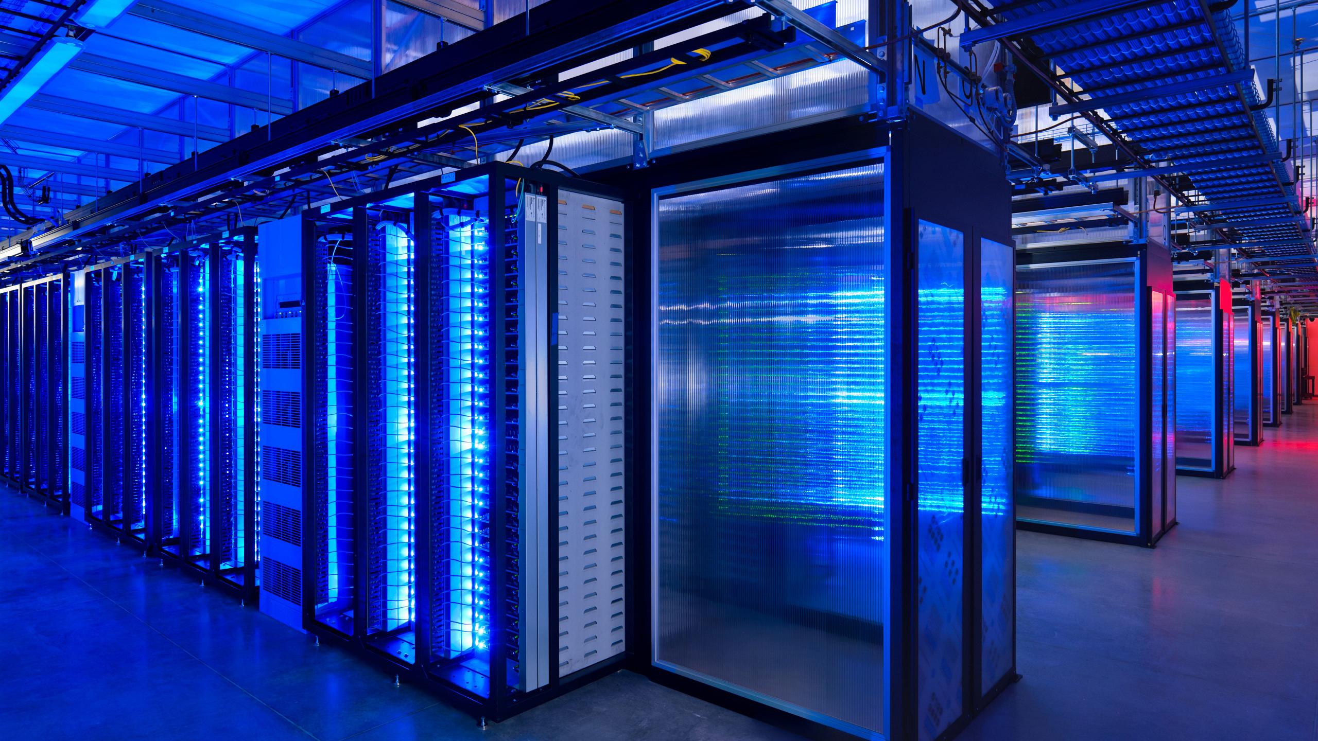 Напольные монтажные стойки в серверной