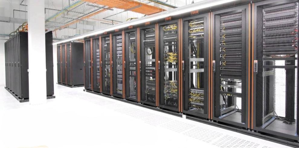 Стойки для серверов в дата-центре