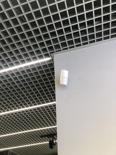 датчик движения под потолком