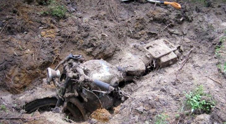 Металлоискателем обнаружили зарытый мотоцикл