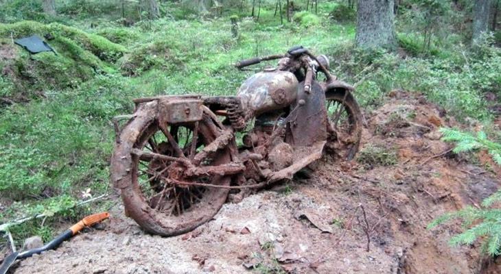 Раскопали мотоцикл, найденный с помощью металлоискателя