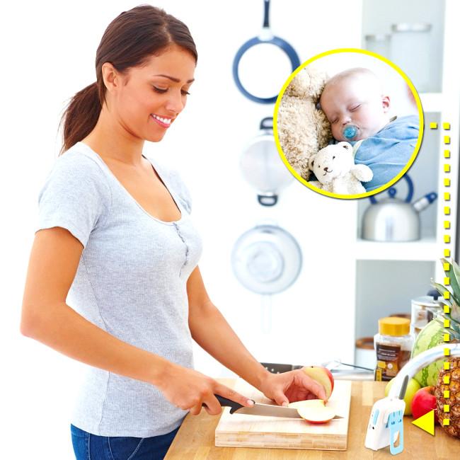 Мама на кухне с видеоняней